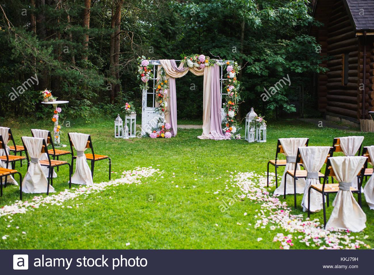 Schone Hochzeitszeremonie Im Freien Dekorierte Stuhle Stehen Auf