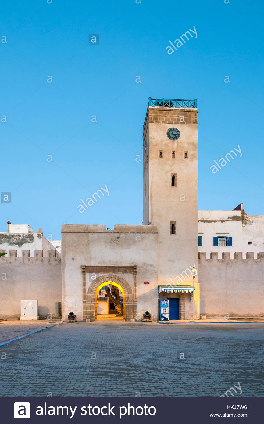 Marokko, Marrakesh-Safi (Marrakesh-Tensift-El Haouz) Region, Essaouira. Place d'Horloge, Uhrturm und Gebäude Stockbild