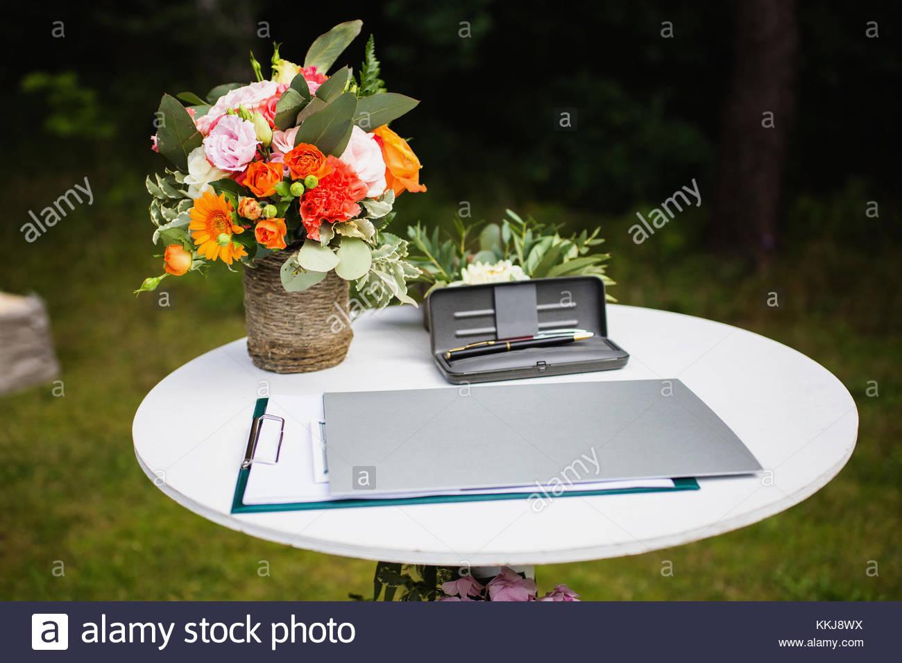 Schöne ungewöhnliche Hochzeit Dekor. Landhausstil. Pen in einem Fall ...