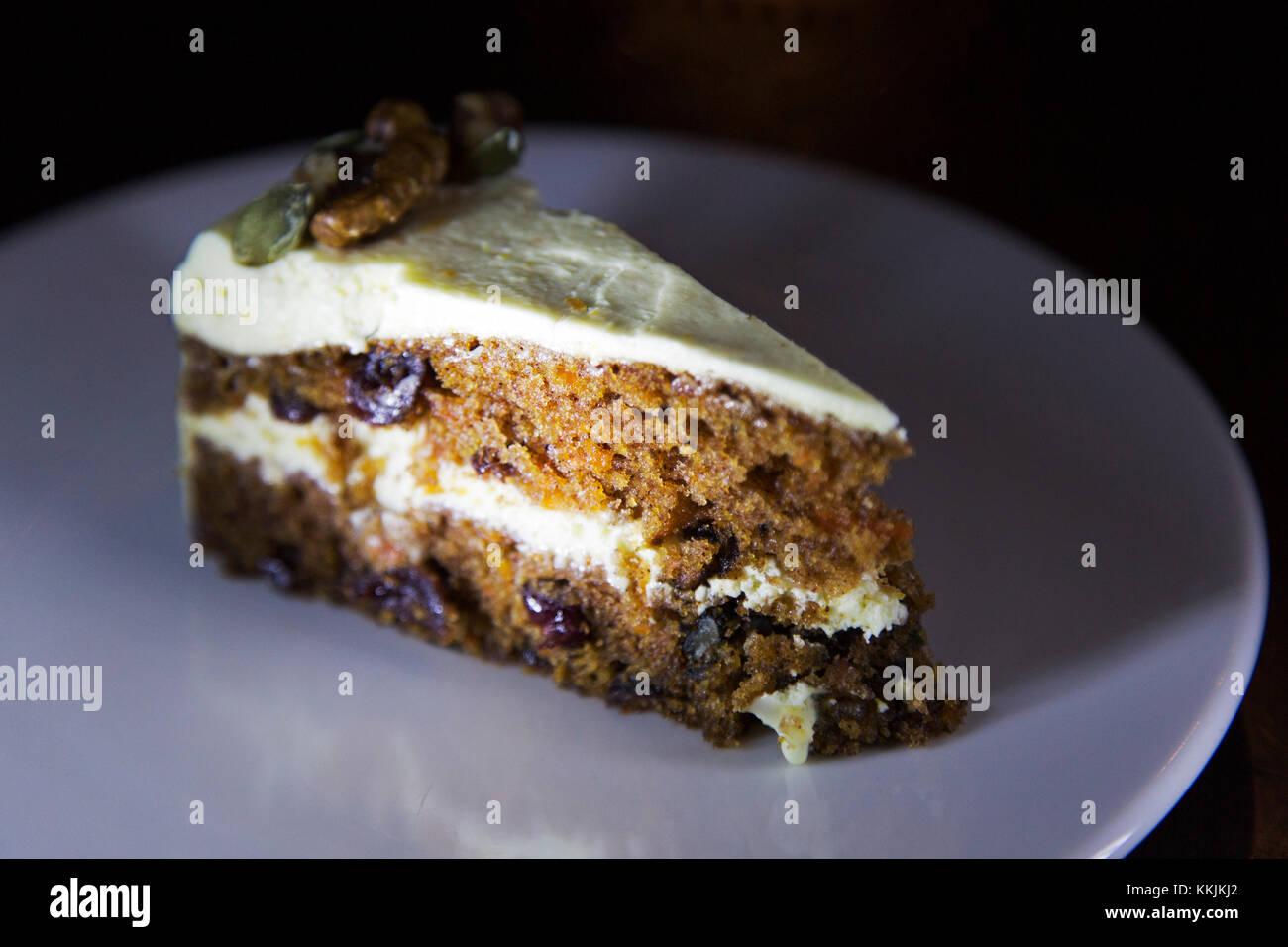 Karottenkuchen serviert auf einem weißen Teller. Den Kuchen mit Fondant und Walnüsse. Stockbild