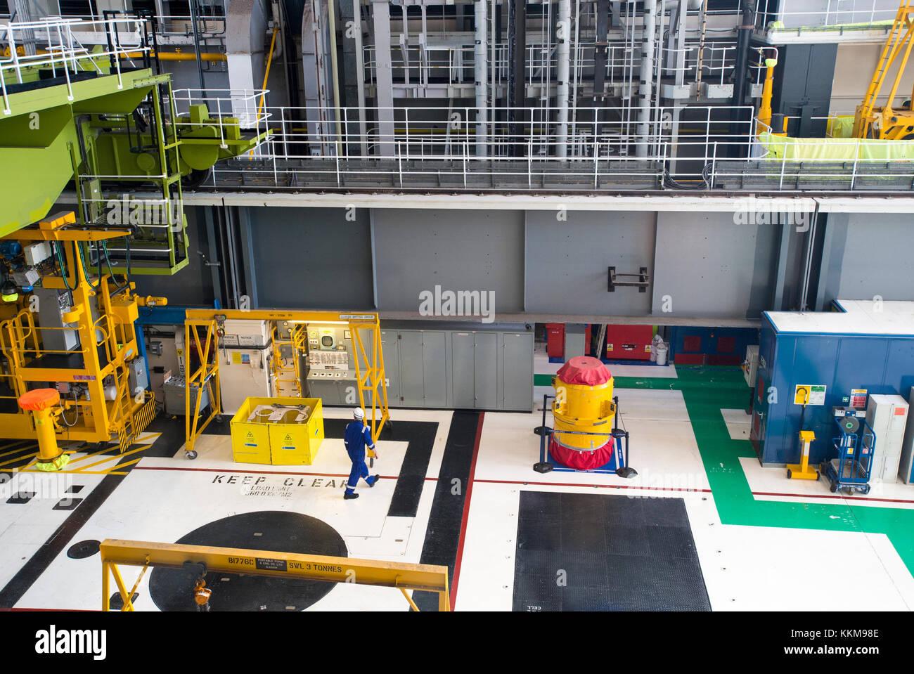 Innenansicht der wichtigsten Reaktorhalle der Hunterston B Kernkraftwerk, West Kilbride, North Ayrshire, Schottland. Stockbild