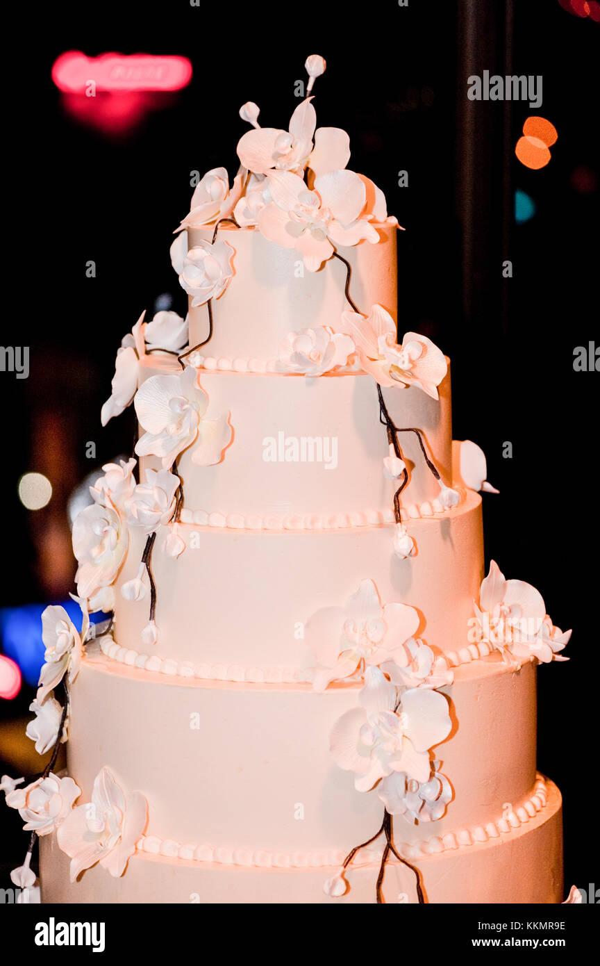 Ein Hohes 2 In 1 Weiss Cremig Hochzeit Kuchen Auf Dem Tisch Durch