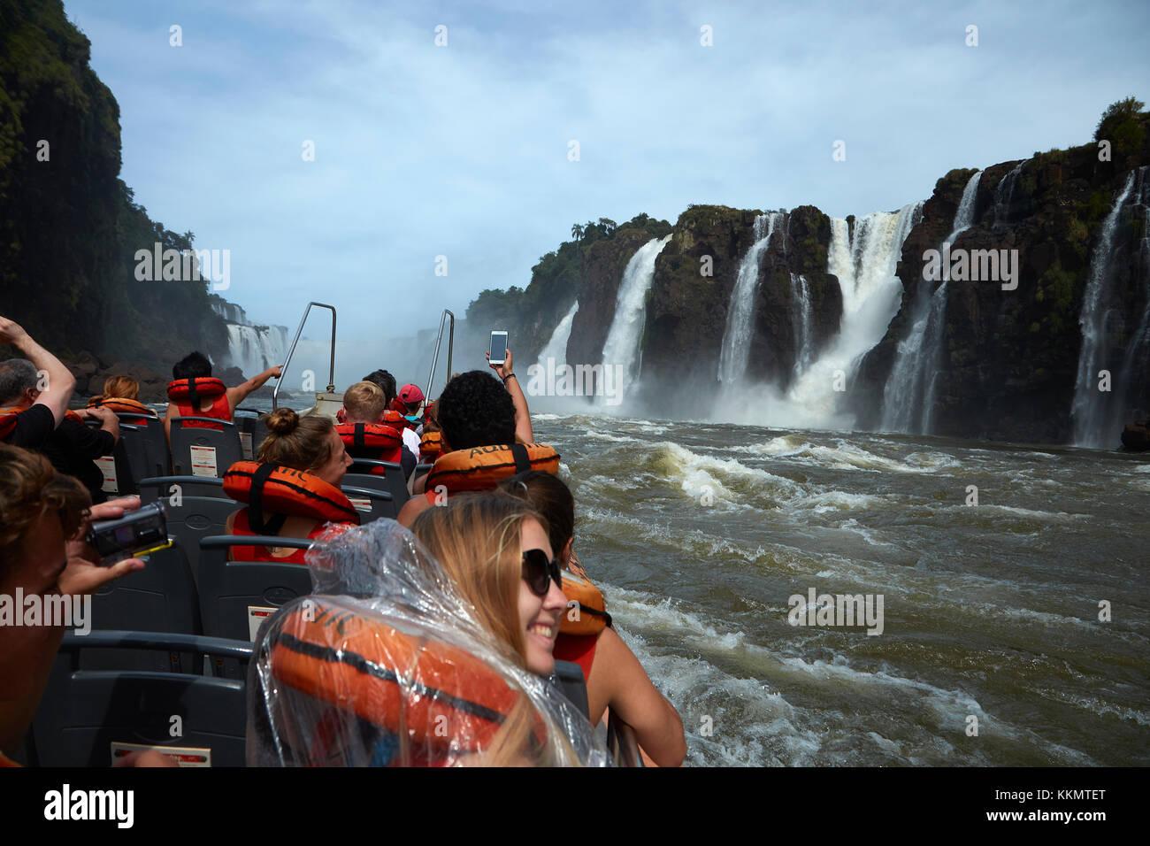 Touristen auf dem Boot, geht unter die Iguazu Wasserfälle, Argentinien, Südamerika Stockbild