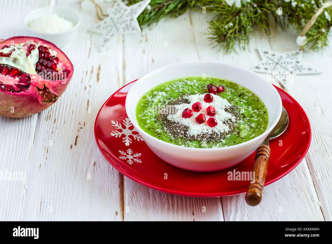 Weihnachten Lebensmittel gesunde Idee. Grüne Smoothies mit ...