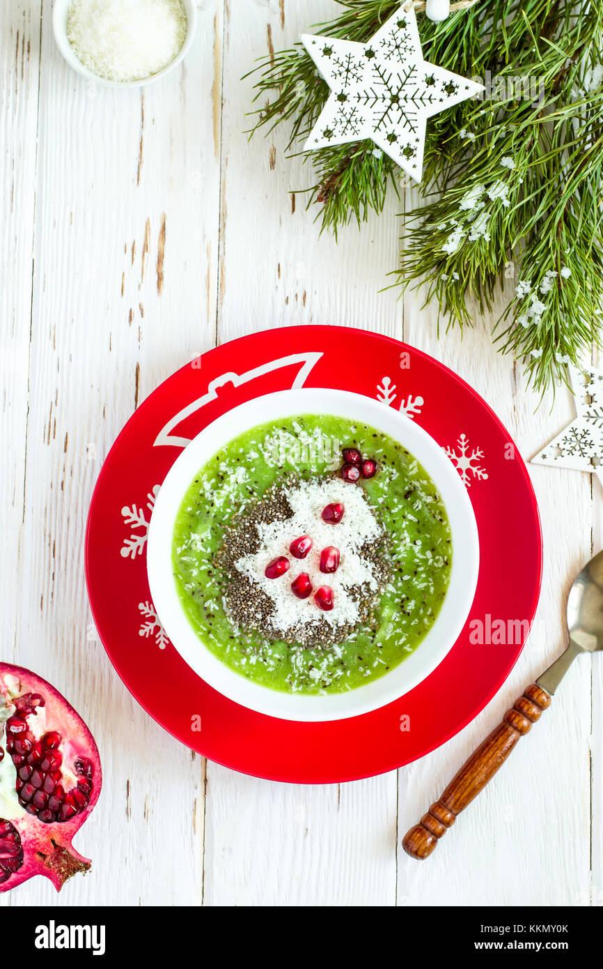 weihnachten lebensmittel gesunde idee gr ne smoothies mit weihnachtsbaum dekoriert mit kokos. Black Bedroom Furniture Sets. Home Design Ideas
