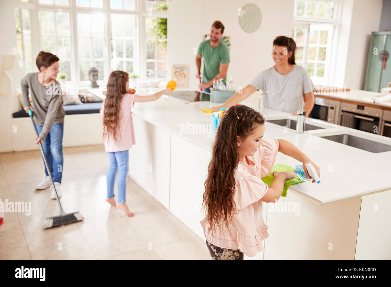 kinder eltern helfen im haushalt in der k che stockfoto bild 167033425 alamy. Black Bedroom Furniture Sets. Home Design Ideas