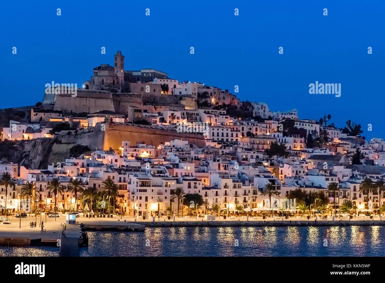 Ibiza Stadt und der Kathedrale Santa Maria d'Eivissa bei Nacht, Ibiza, Balearen, Spanien. Stockbild