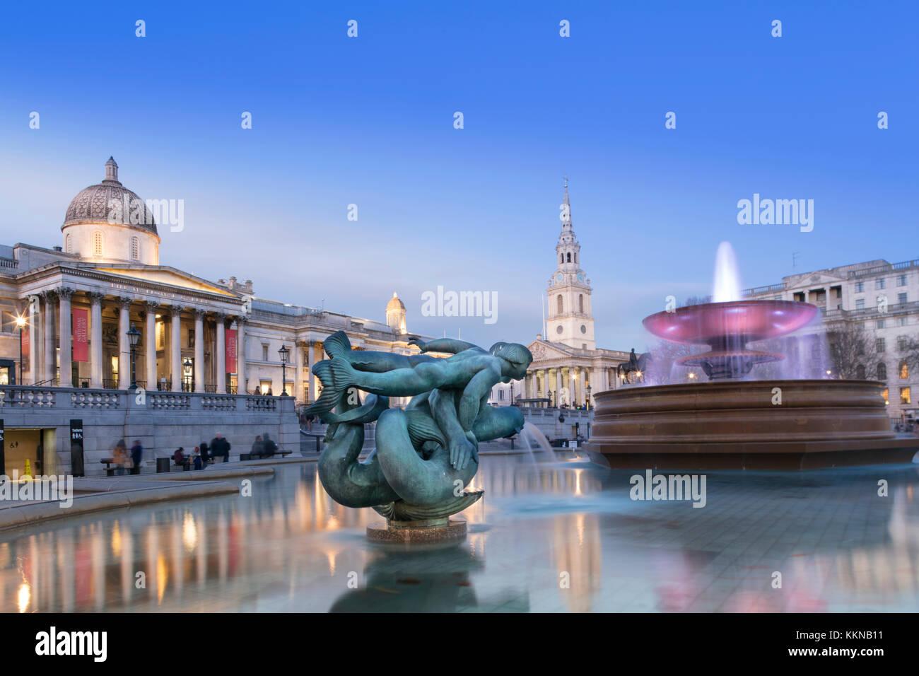 Blick auf den Trafalgar Square und der National Gallery, St Martin in den Bereichen Kirche und Brunnen von Edwin Stockbild