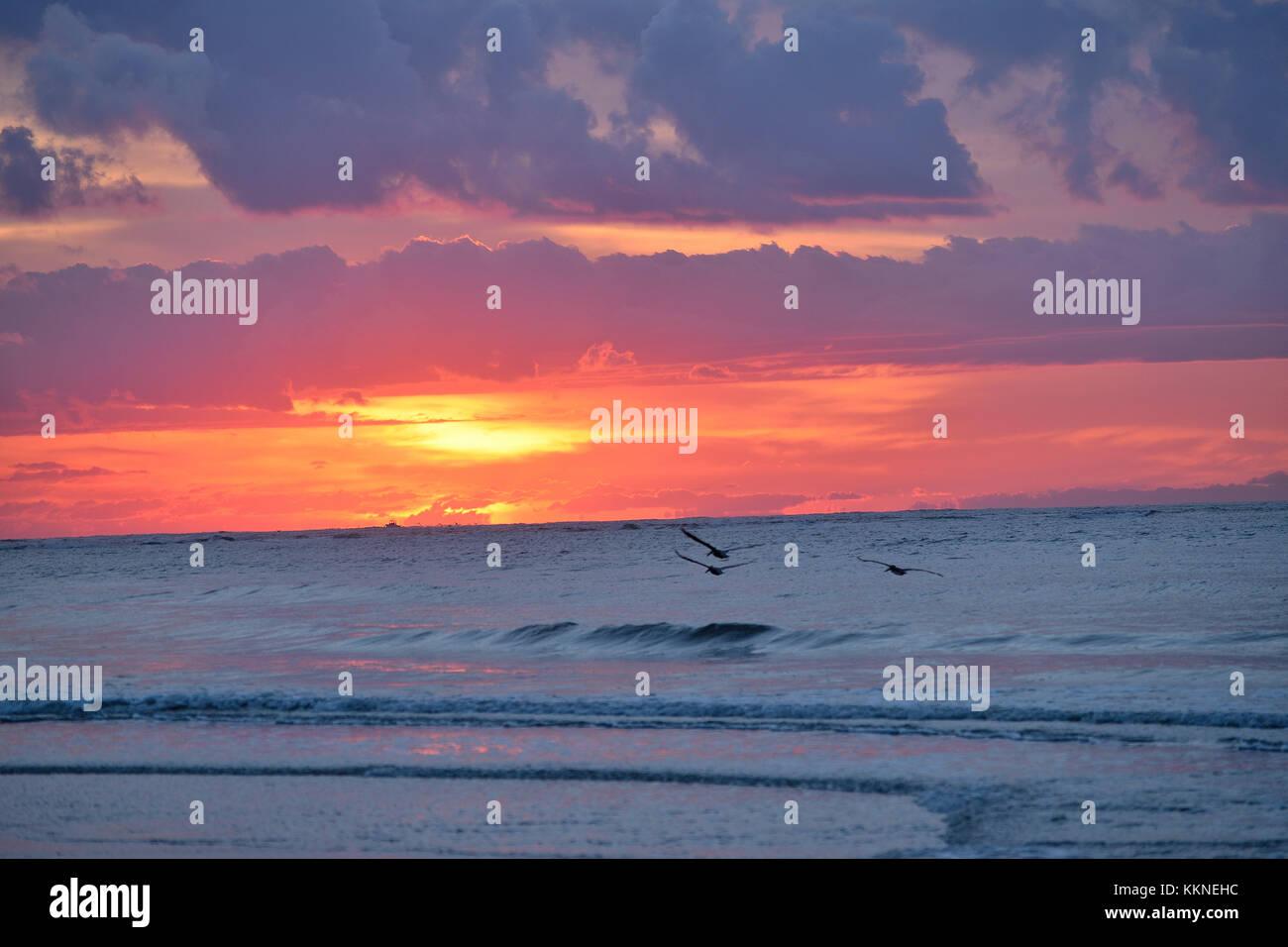 Brillante inspirierenden Sonnenaufgang über dem Meer. Stockbild