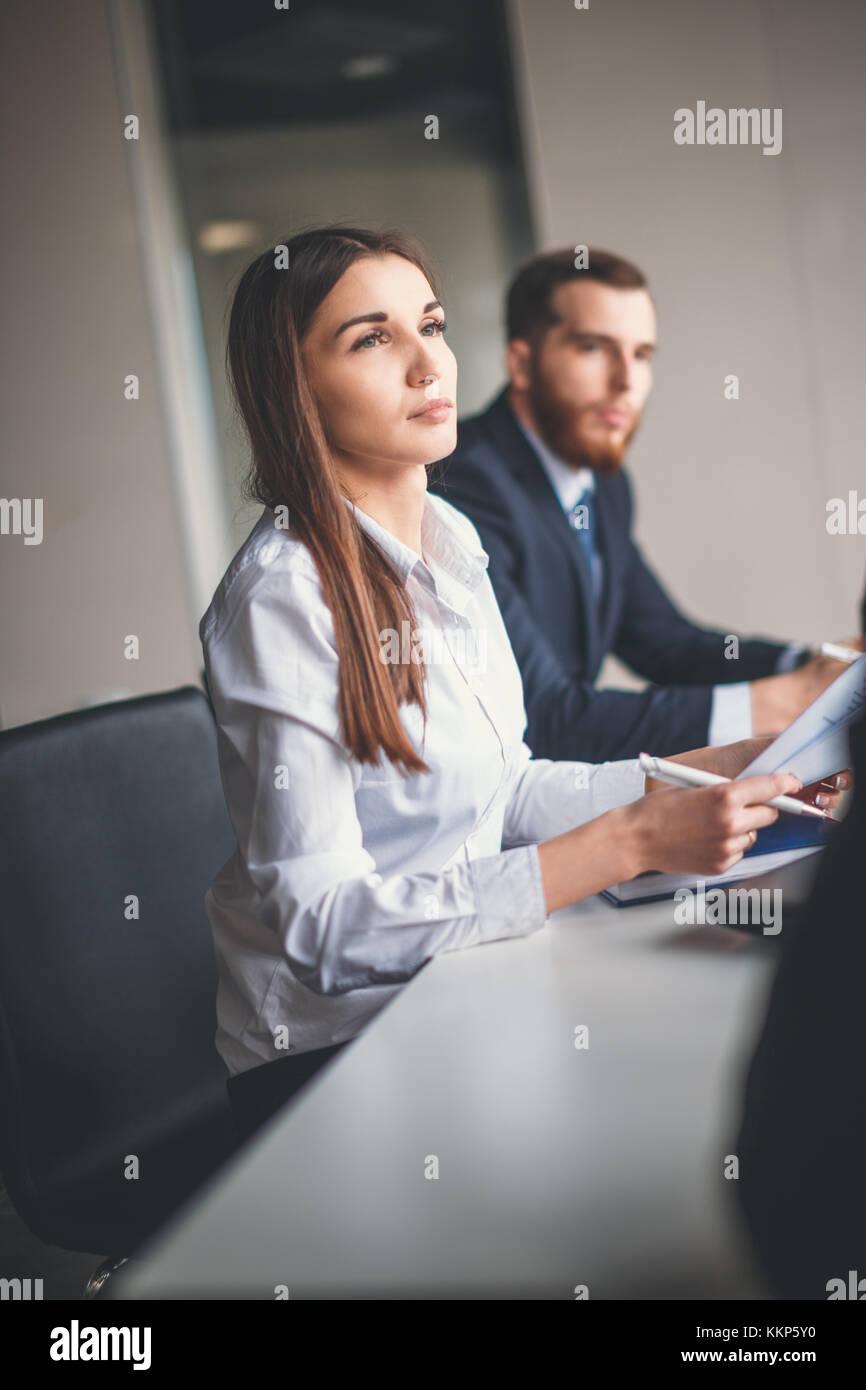 Gruppe jungen Mitarbeiter machen gute geschäftliche Entscheidungen Stockbild