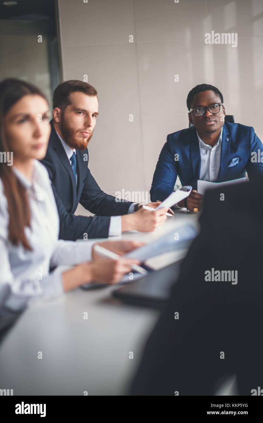 Kollegen Zusammenarbeit bessere Ergebnisse für Ihr Unternehmen zu erzielen Stockbild
