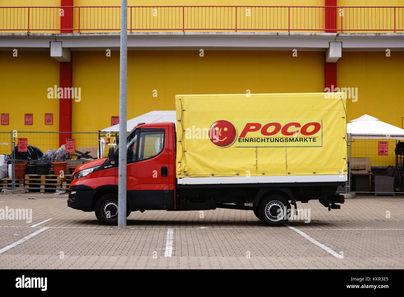 Ein Kleiner Lkw Auf Einem Parkplatz Der Mobel Shop Poco Stehen