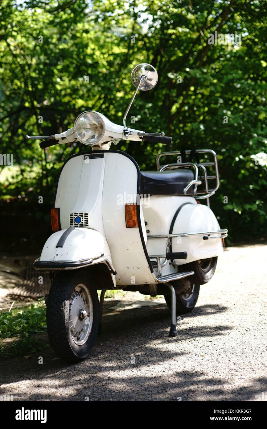 Vorder- und Seitenansicht eines alten nostalgischen Motorrad, Roller. Stockbild