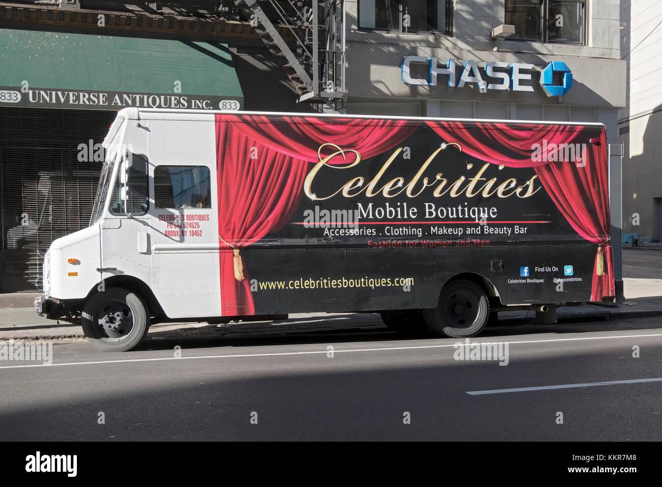 Prominente Boutiquen, ein Fahrzeug in einem omwen Clothing Store am Broadway in Greenwich Village, New York City Stockbild