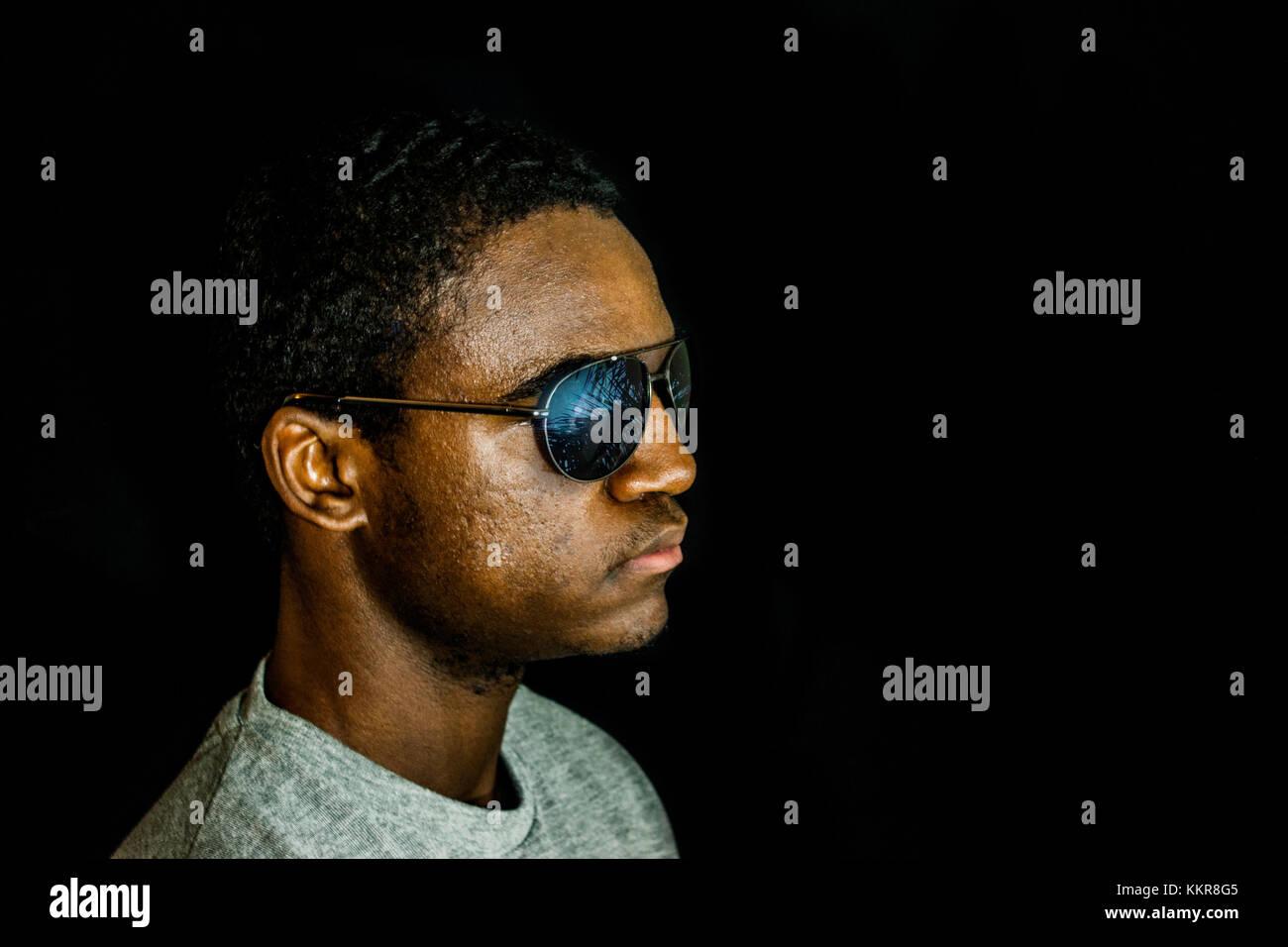 Man entfernt sich von der Kamera Sonnenbrillen tragen Stockbild