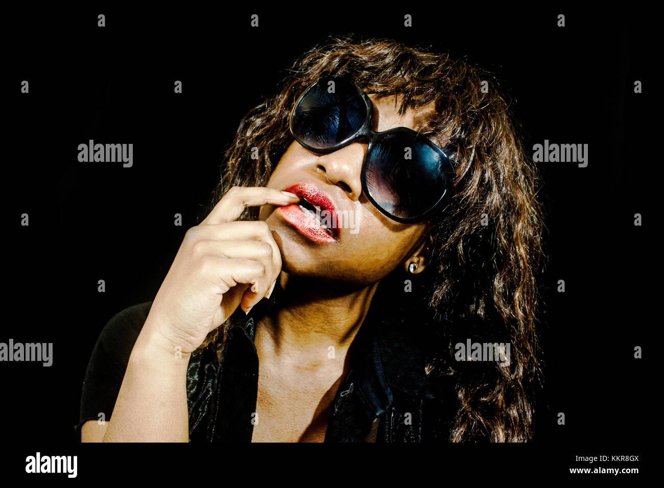 Frau beißt ihr Finger tragen Sonnenbrillen Stockbild