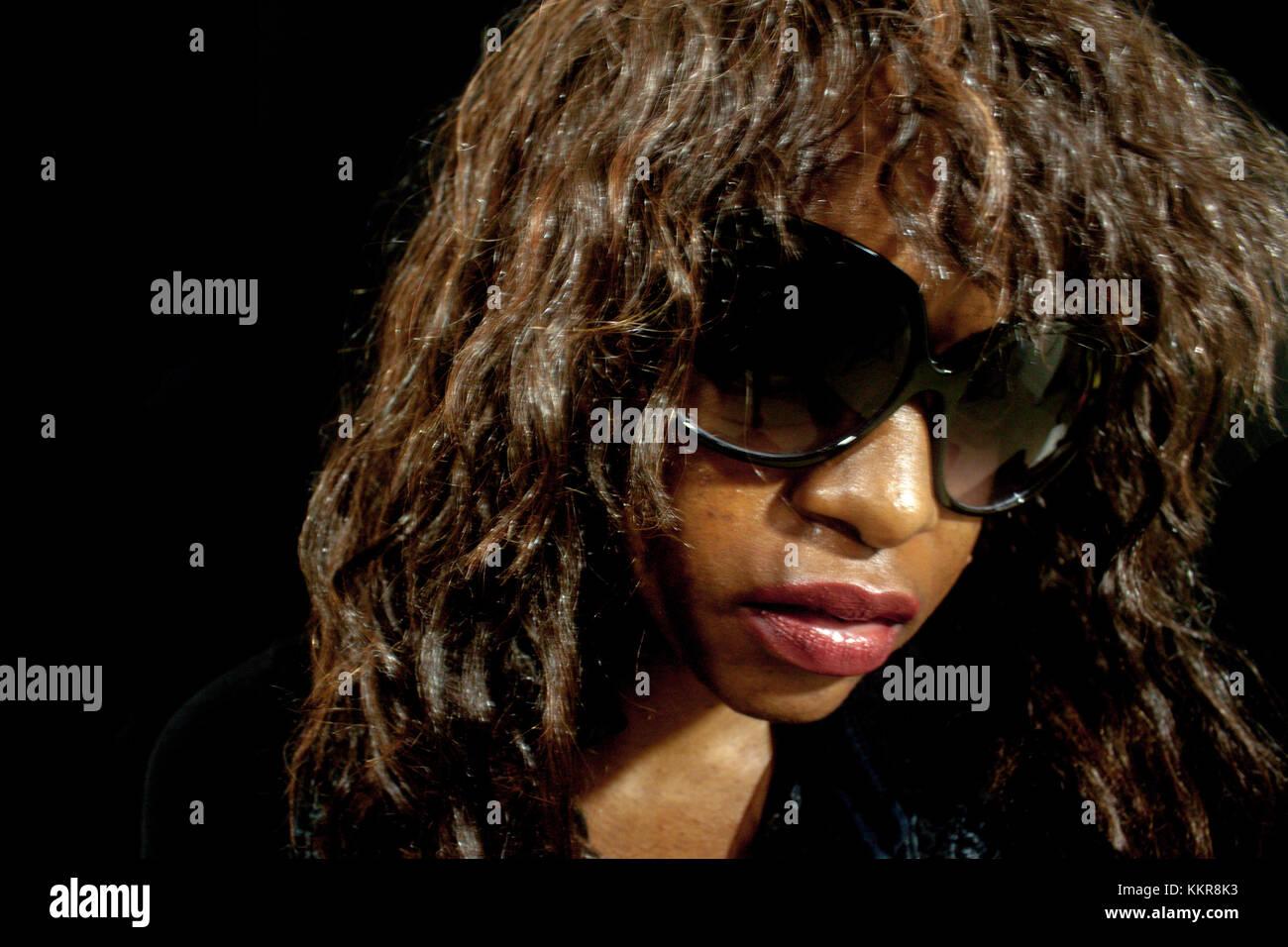 Frau weg suchen Kamera Sonnenbrillen tragen Stockbild