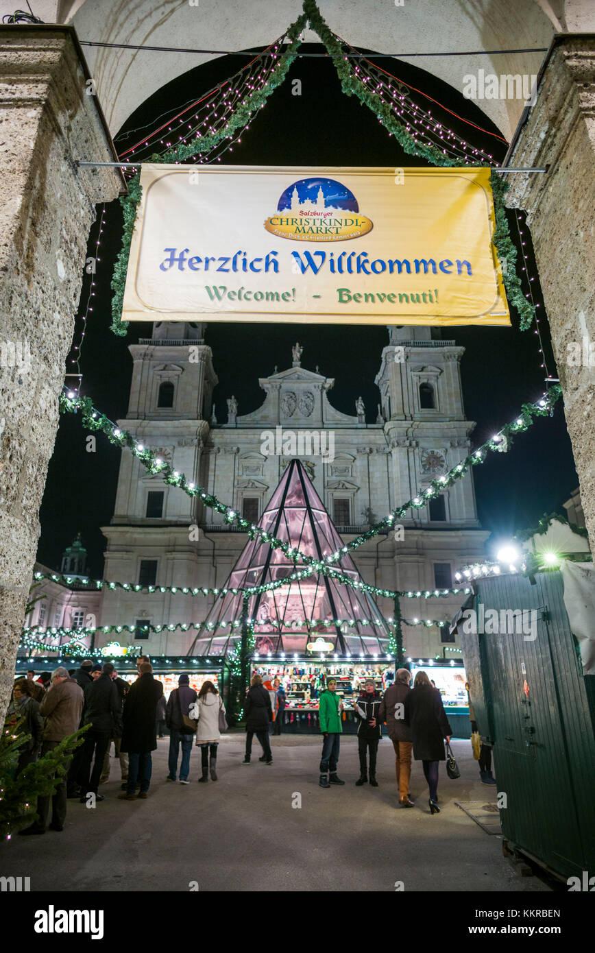 Österreich, Salzburger Land, Salzburg, Weihnachtsmarkt, Domplatz Stockbild