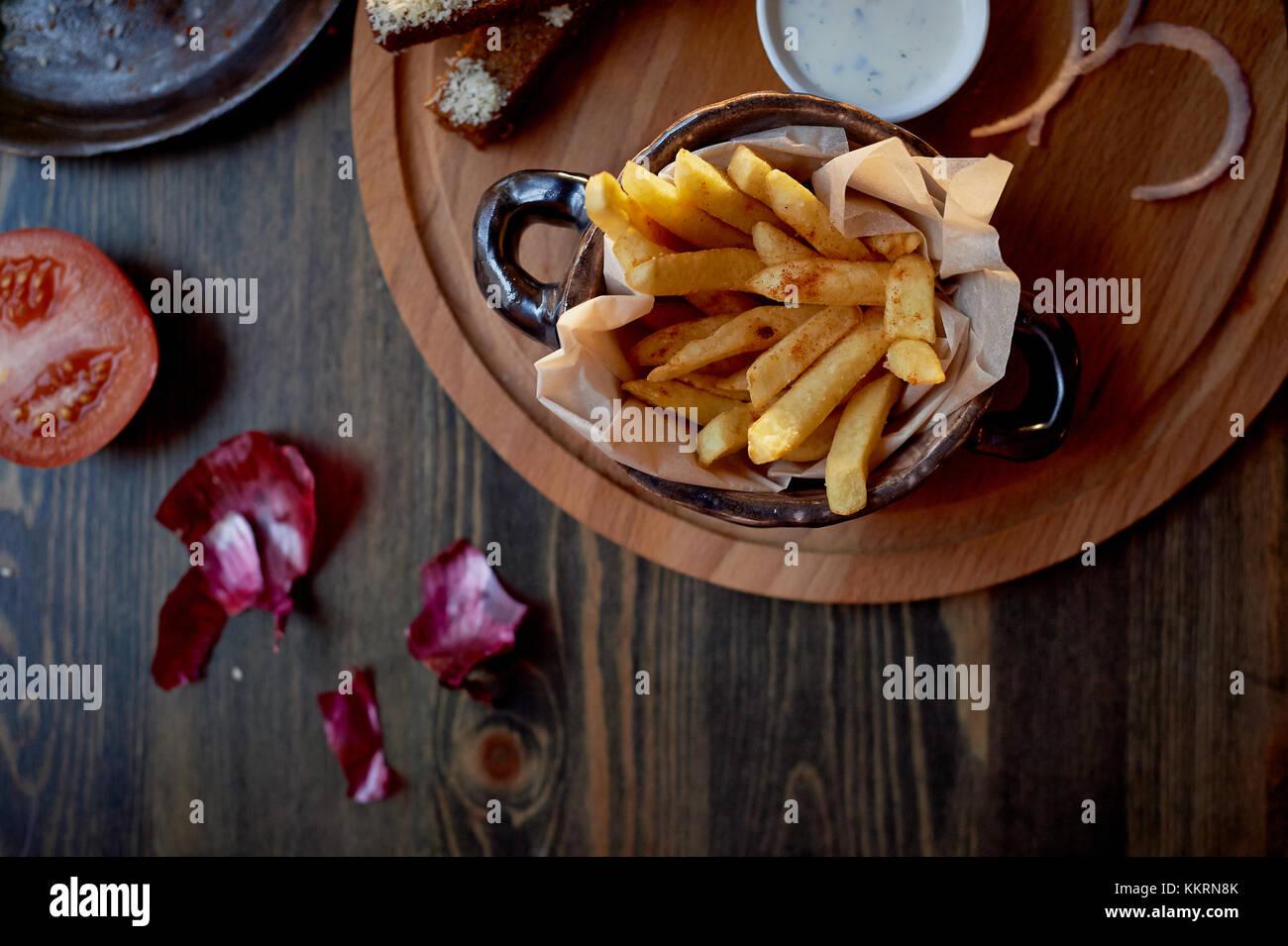 Holz oben auf ihre Pommes und Burger. Das Konzept der Pub und Fast Food Stockbild