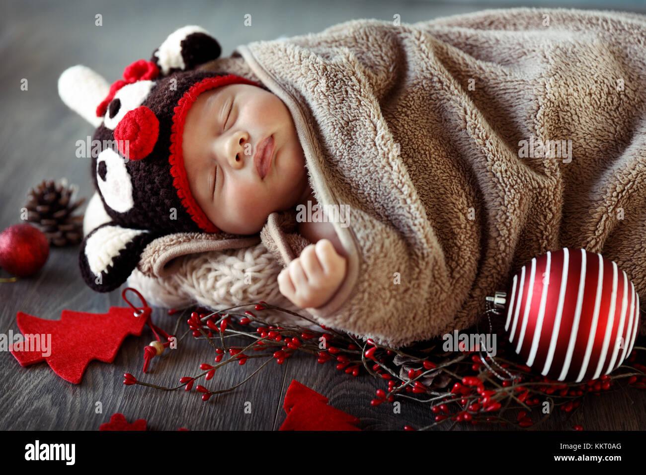 s e baby boy zu hause in heiligabend mit sch nen roten dekorationen schlafen tragen lustige. Black Bedroom Furniture Sets. Home Design Ideas
