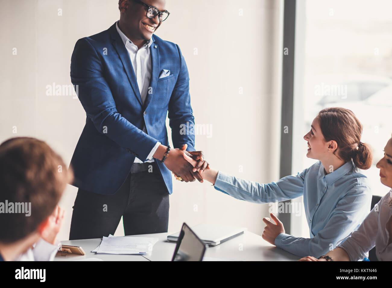 Geschäftsleute handshake Gruß deal Konzept Stockbild
