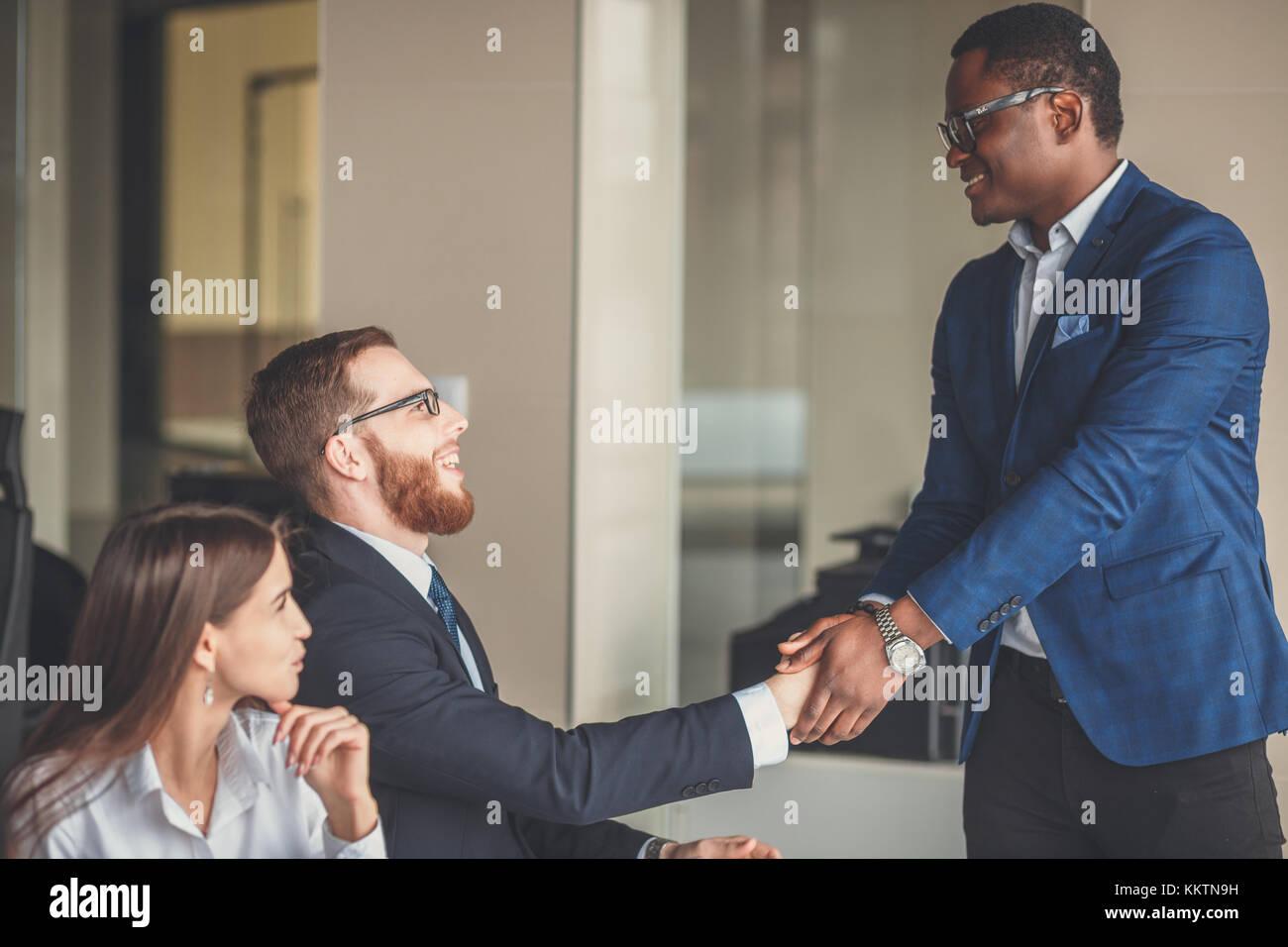 Geschäft Leute die Hände schütteln, bis Beendigung einer Versammlung Stockbild