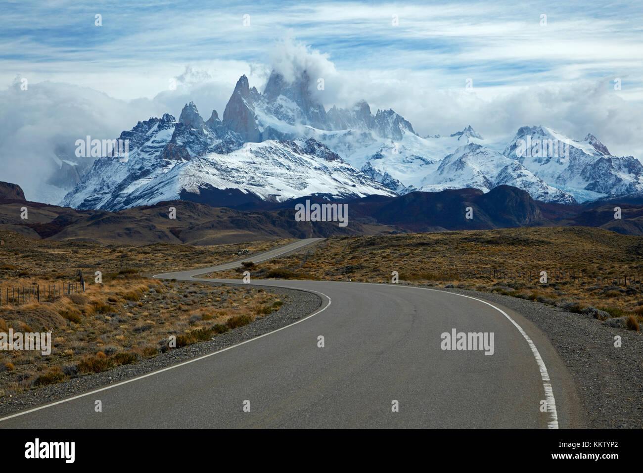 Mount Fitz Roy, Parque Nacional Los Glaciares (Welterbe) und Straße nach El Chalten, Patagonien, Argentinien, Südamerika Stockfoto