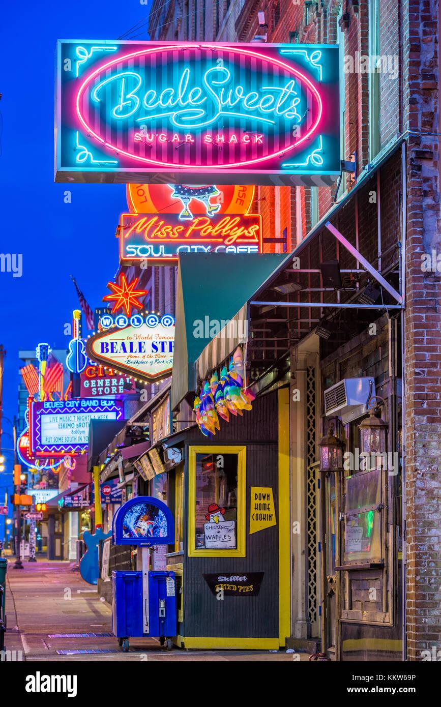 MEMPHIS, Tennessee - 25. AUGUST 2017: Blues Clubs auf der historischen Beale Street in der Morgendämmerung. Stockbild