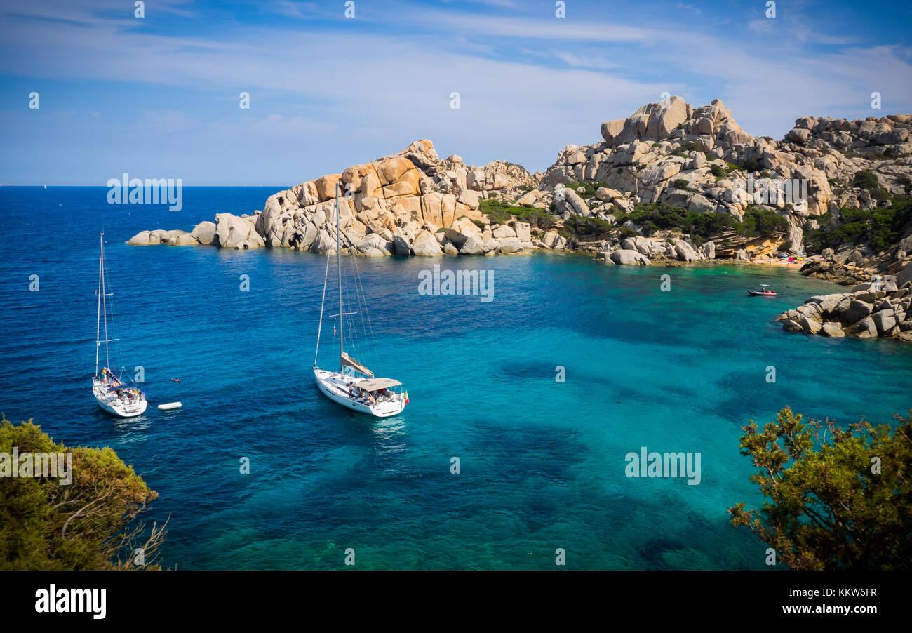 Boote ankern in Capo Testa, Sardinien Stockbild