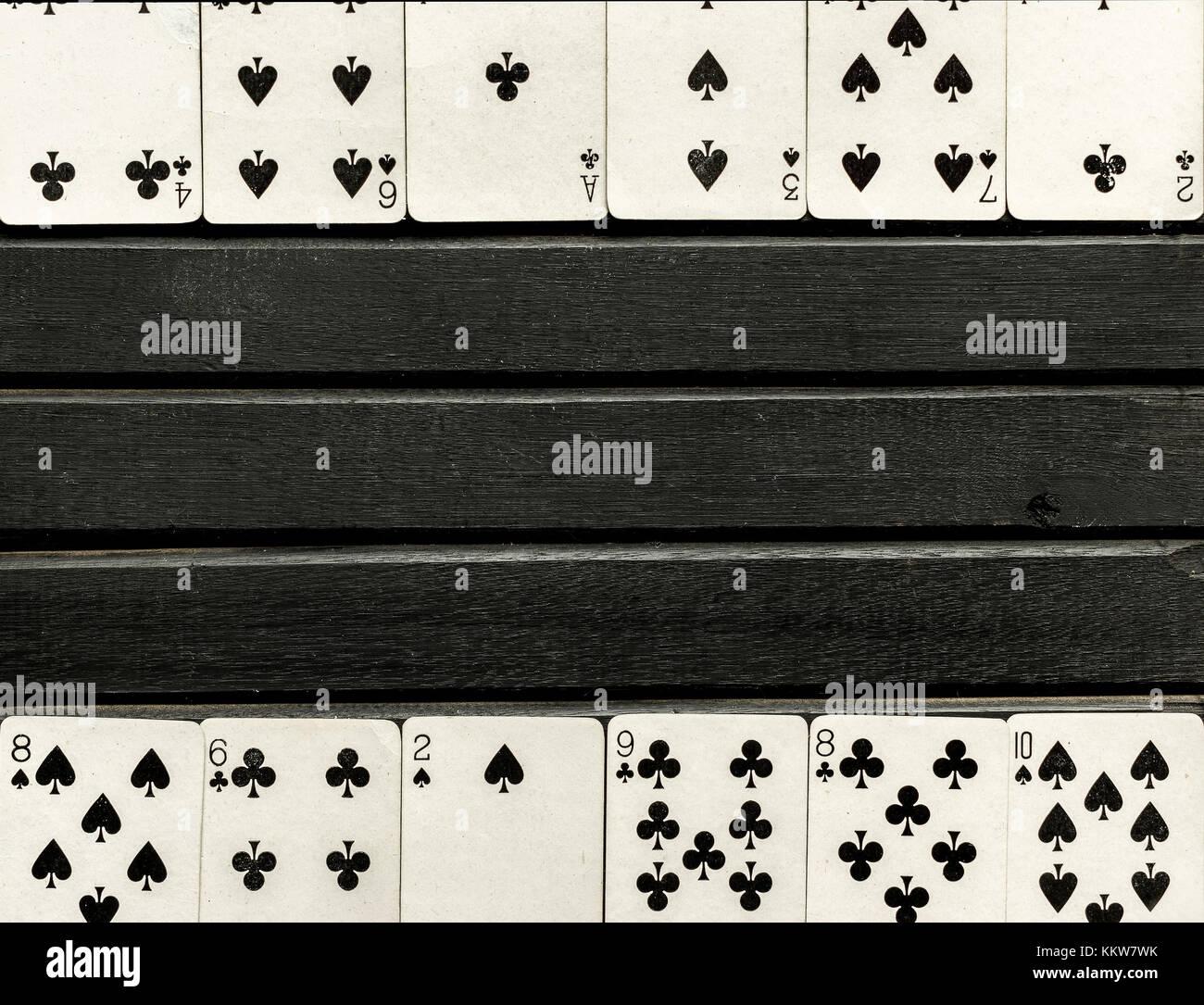 Deck der schwarzen und weißen Karten, Gesicht nach oben, auf ...