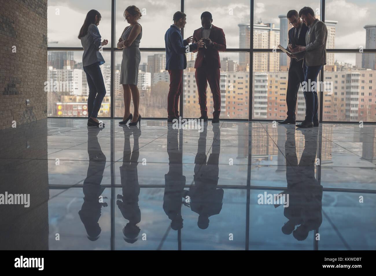 Silhouetten von Geschäftsleuten in Konferenzraum Stockbild