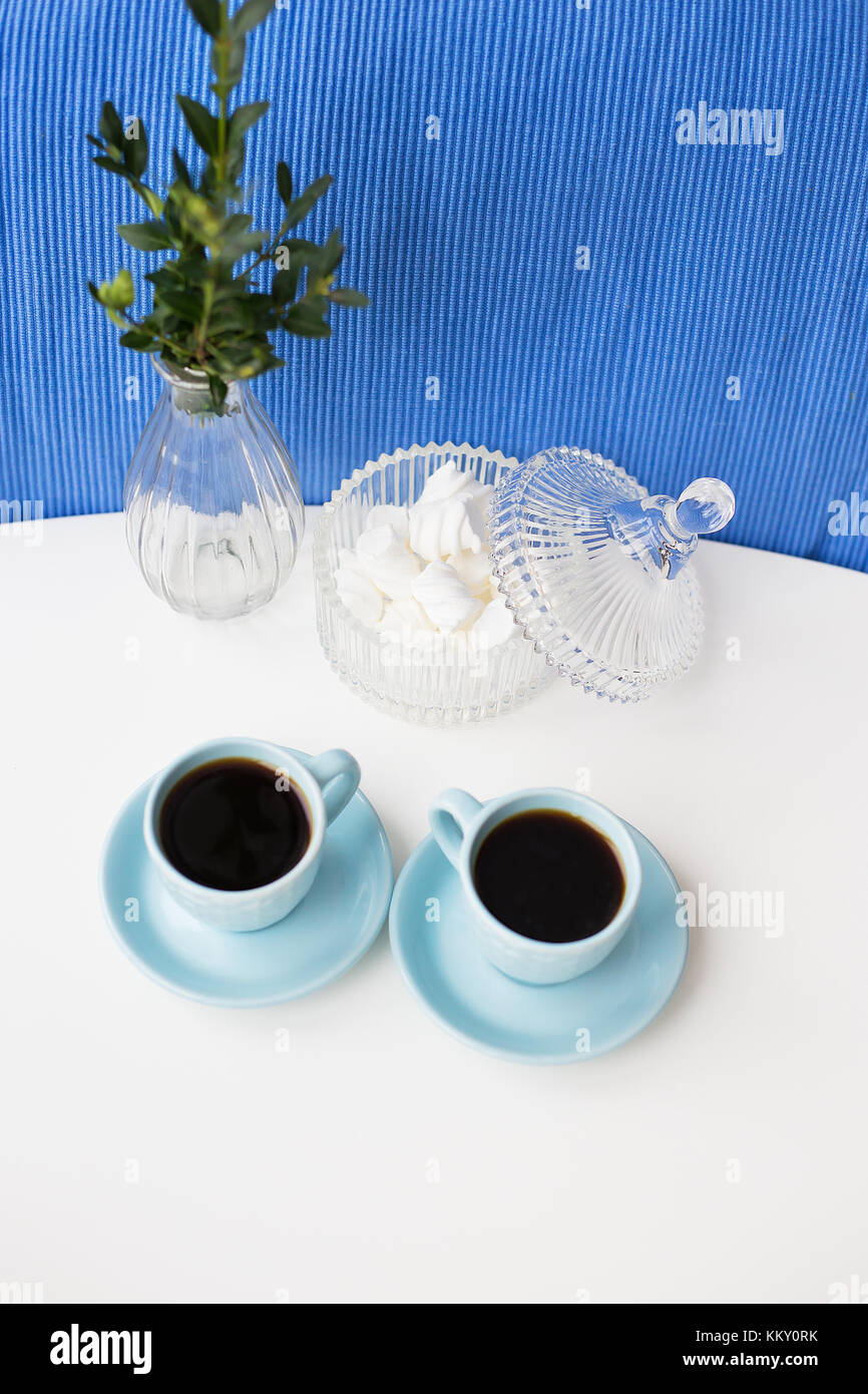 zwei blaue tasse auf dem tisch mit einer vase und untertasse mit marshmallows stockfoto bild. Black Bedroom Furniture Sets. Home Design Ideas