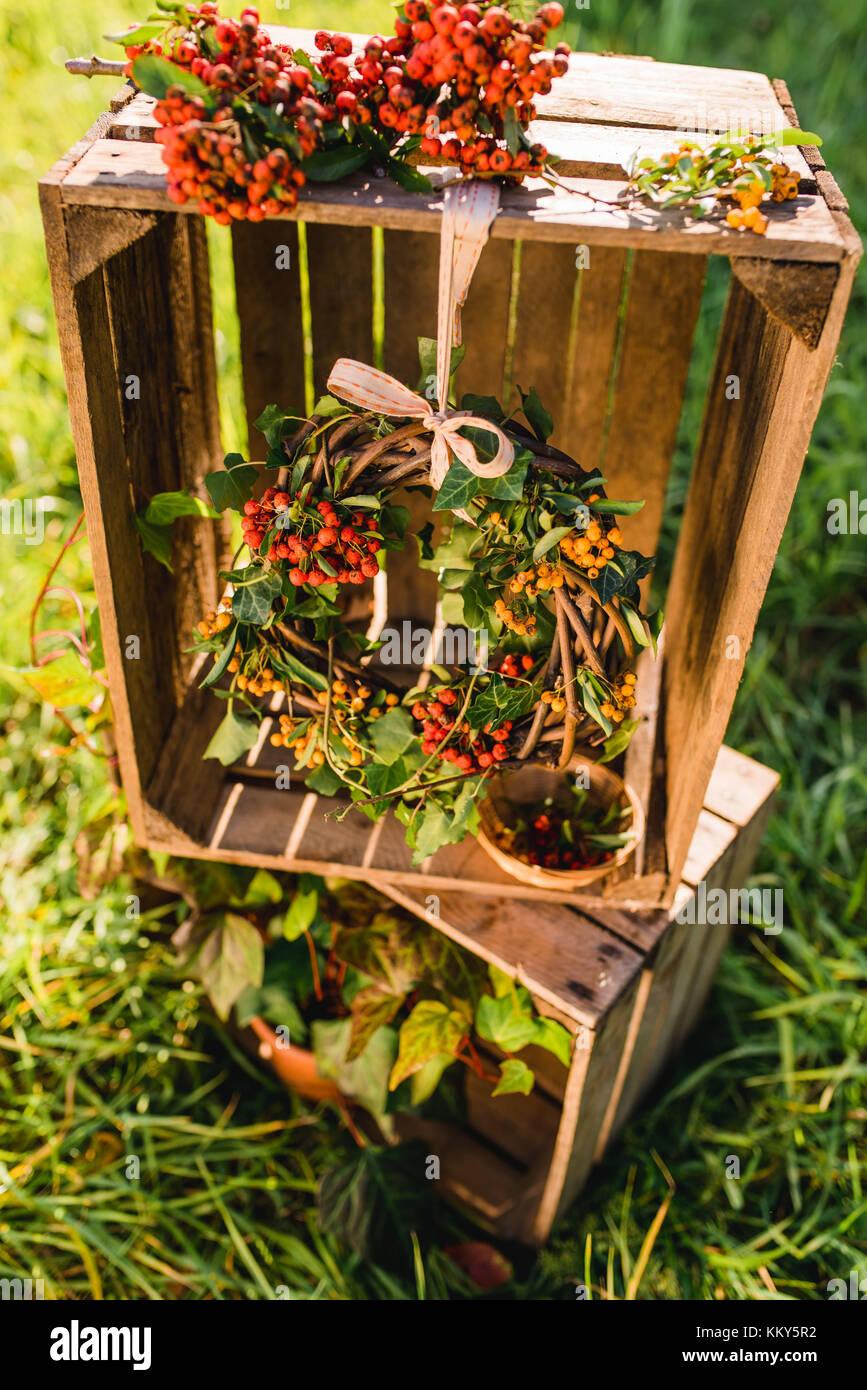 Garten holzkisten dekoration herbstlichen kranz efeu for Dekoration mit holzkisten