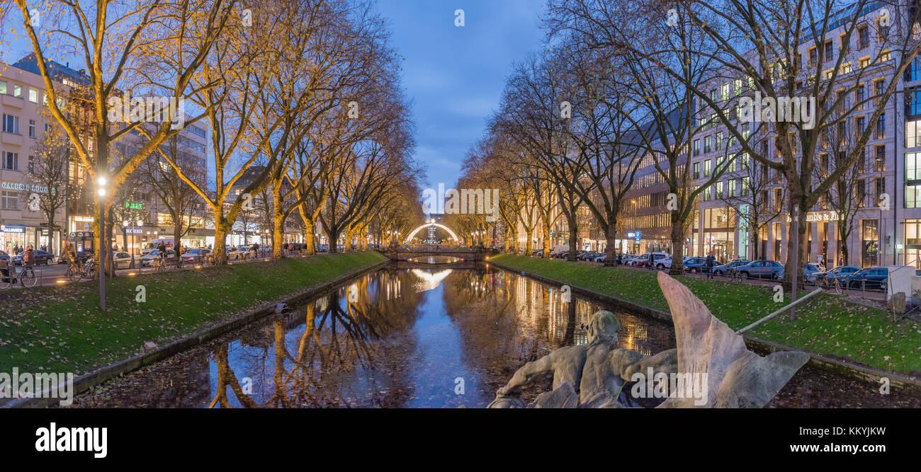 Düsseldorf, Deutschland - 28. NOVEMBER 2017: Szenische Blaue Stunde Panorama der berühmten Königsallee. Stockbild