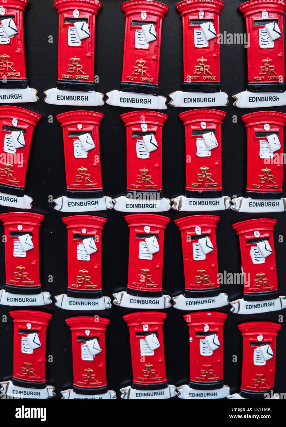 Viele Kühlschrank Magnete in Form von roten Briefkästen zum ...