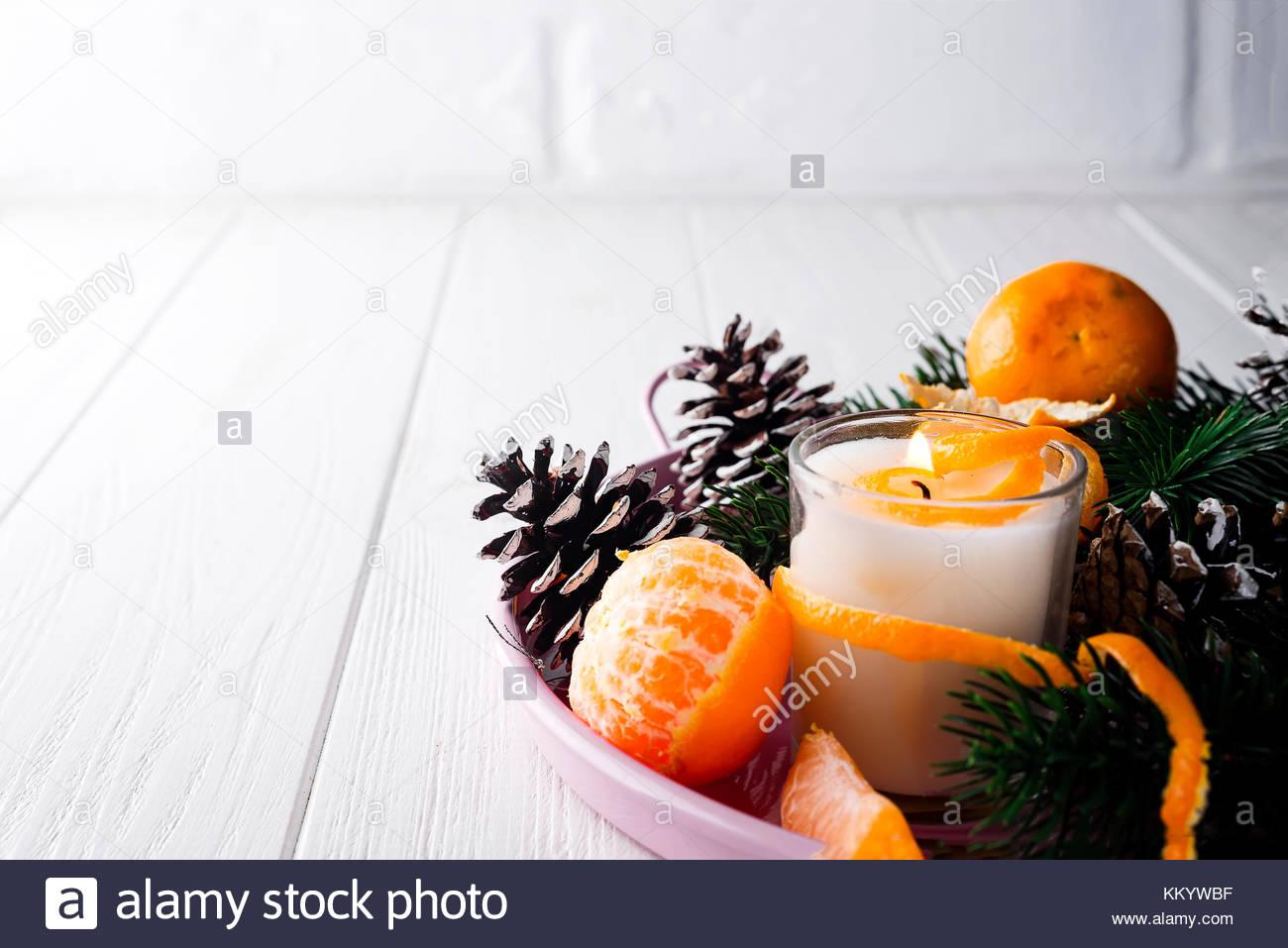 weihnachten mandarinen mit kerze und pine cone auf tablett. Black Bedroom Furniture Sets. Home Design Ideas