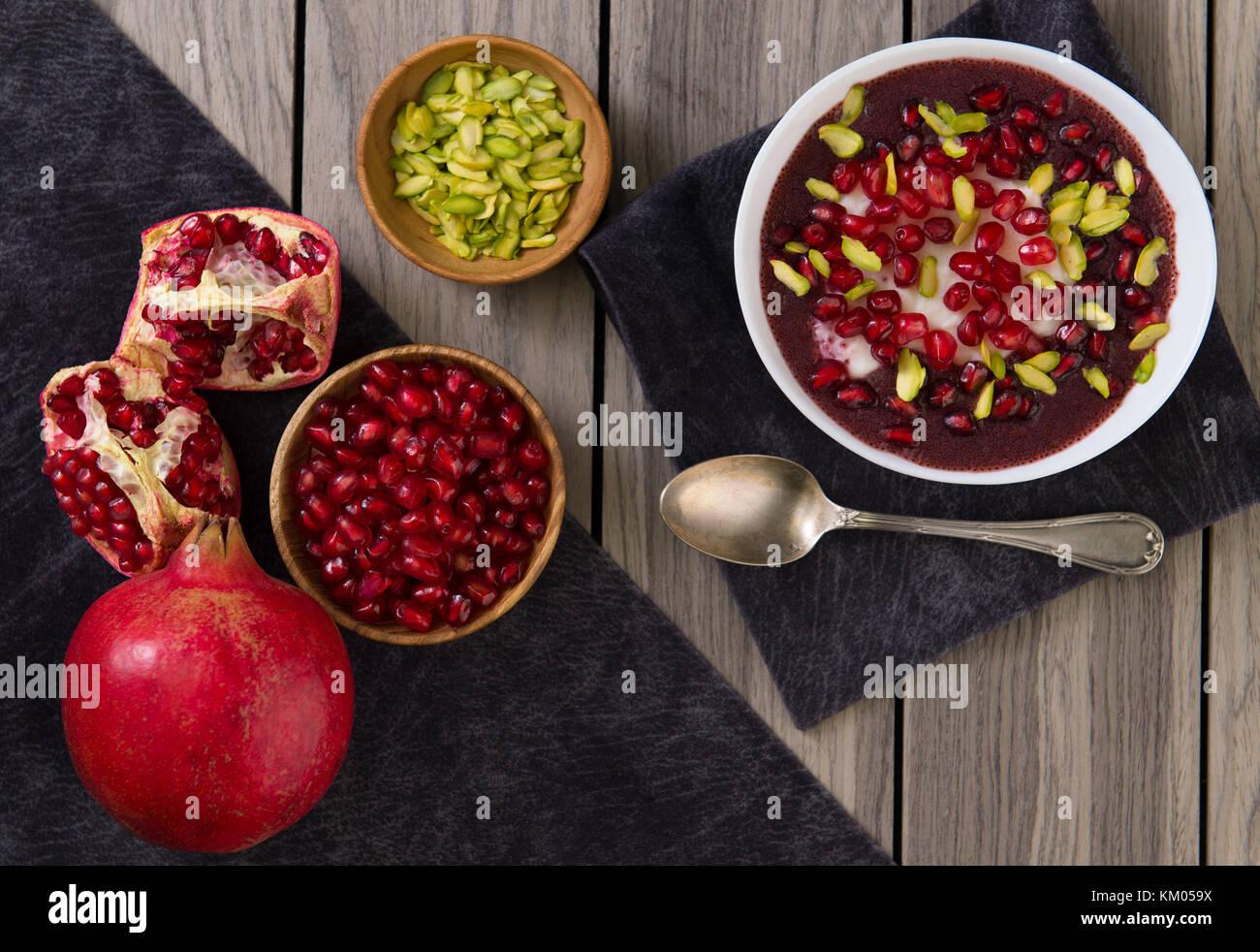 Granatapfel Wüste mit Chia Samen, Tapioka Pudding und Joghurt. gesunde Ernährung. nach oben anzeigen. Stockbild