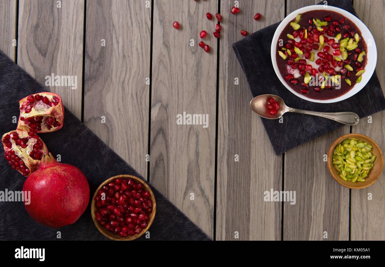 Granatapfel Wüste mit Chia Samen, Tapioka Pudding und Joghurt. gesunde Ernährung. nach oben anzeigen und Stockbild