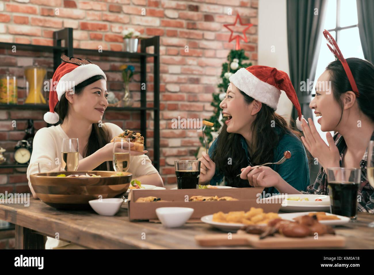Gruppe der Familie und Freunde feiern Weihnachten Abendessen und ...