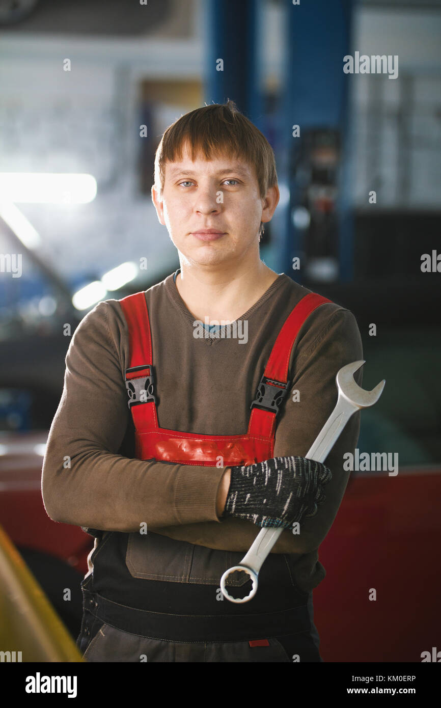 Portrait einer jungen Automechaniker in einer KFZ-Werkstatt Stockbild