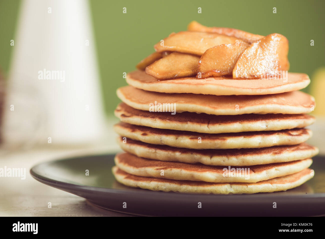 Pfannkuchen mit Apple auf Tisch. Frühstück, Snacks. Pfannkuchen Tag. Stockbild
