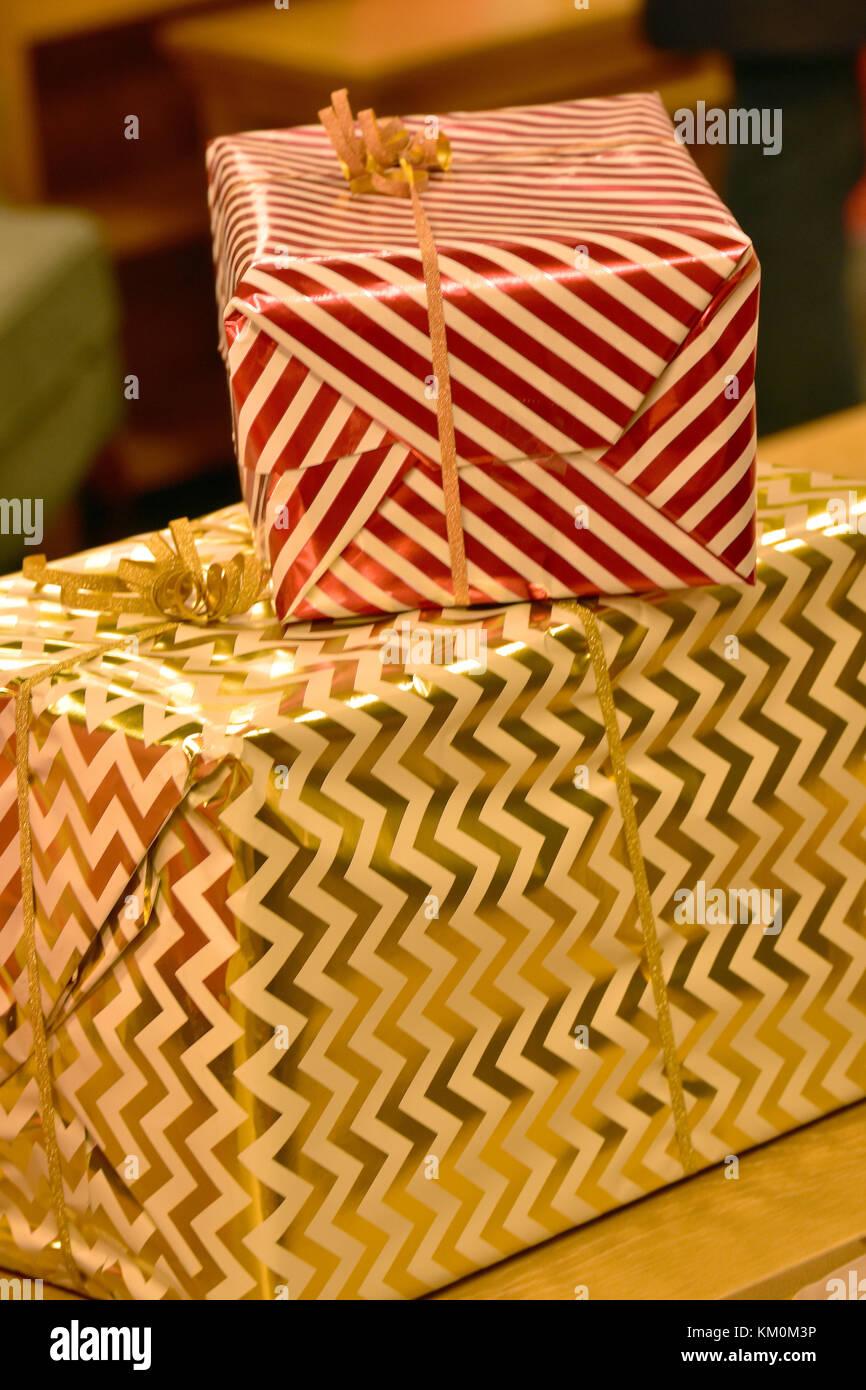 Große Weihnachtsgeschenke oder Geschenke in glänzendem Metall ...