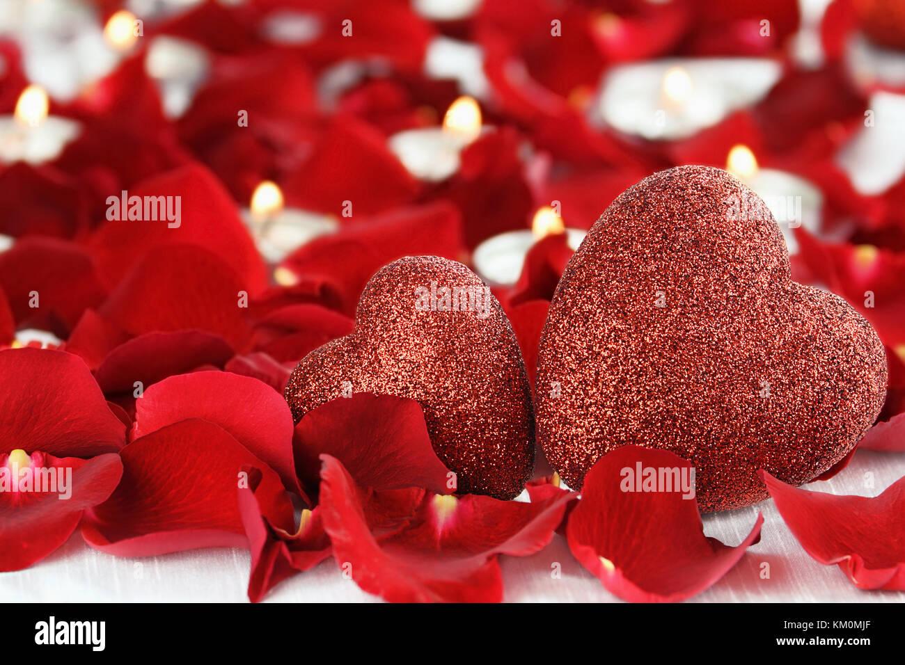 Fesselnd Valentinstag Herzen Durch Rosenblätter Und Lite Kerzen Vor Einem Weißen  Hintergrund Umgeben. Zimmer Für Kopie Raum Mit Extrem Geringer  Tiefenschärfe.