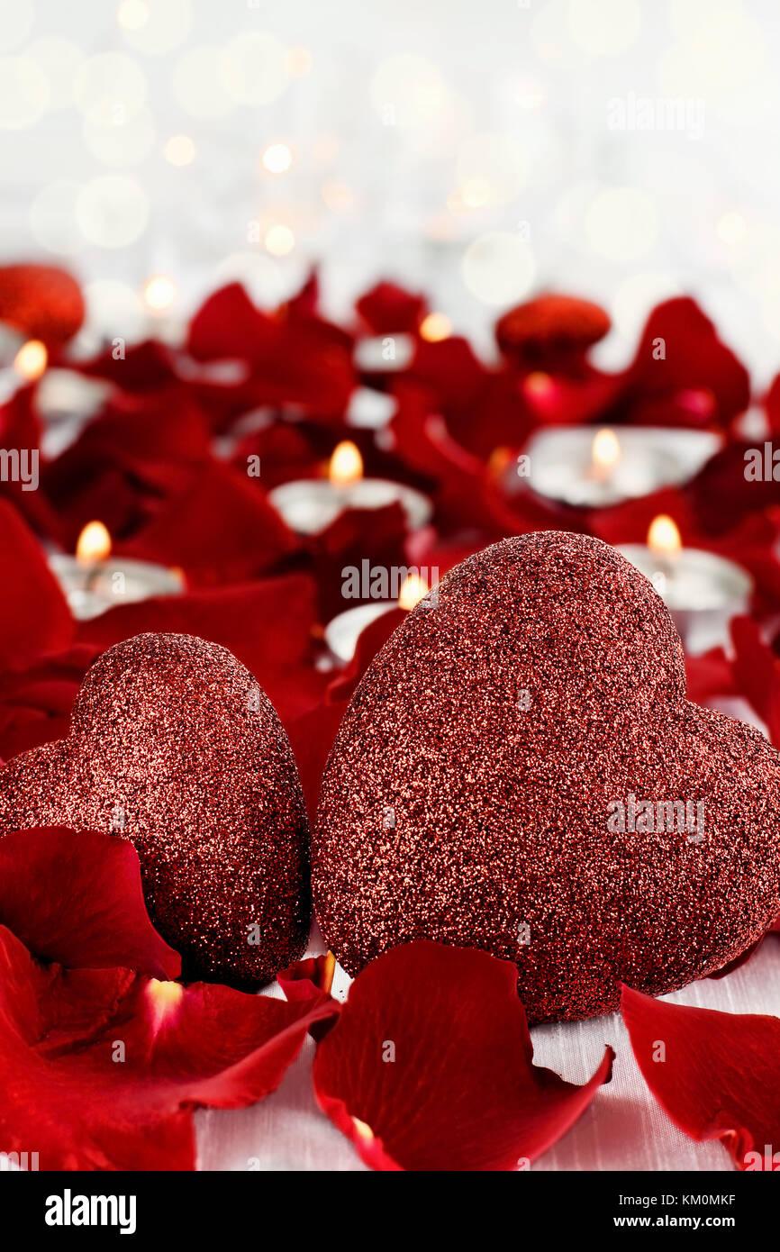 Valentinstag Herzen Durch Rosenblätter Und Lite Kerzen Vor Einem Weißen  Hintergrund Umgeben. Zimmer Für Kopie Raum Mit Extrem Geringer  Tiefenschärfe.