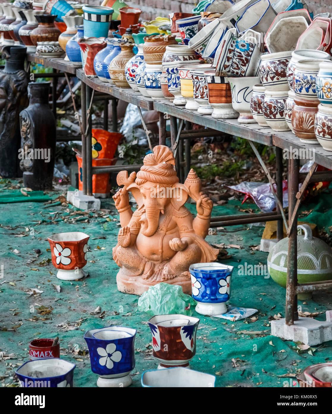 Keramik Steingut Statue der Elefantengott Ganesh und Töpfe auf der Anzeige für den Verkauf als Souvenirs, Stockbild