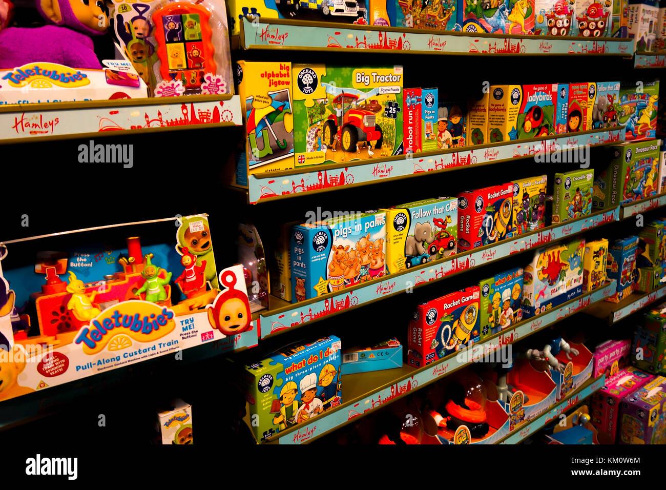Shop Spielzeug. Toy Store. In Spielzeug Shop. Regalreihen