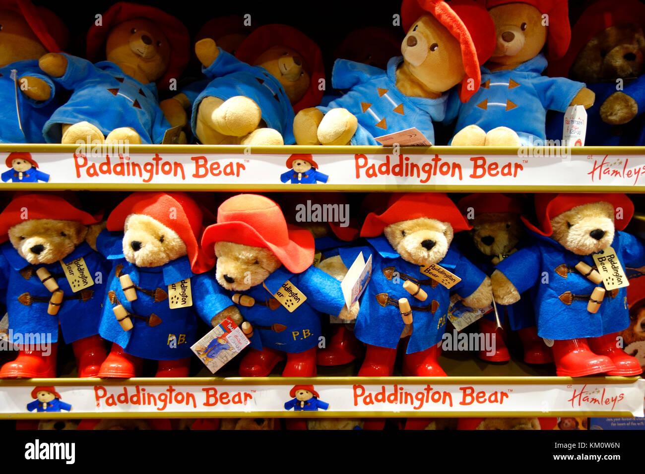 Paddington Bär Spielzeug auf Regalen in Hamleys Toy Shop, Regent Street, London Stockfoto