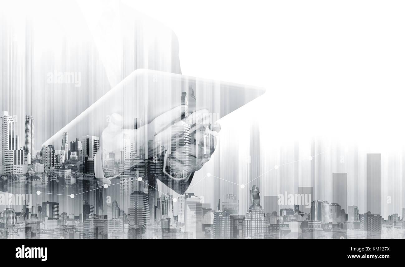 Double Exposure Geschäftsmanns, der auf digitalen Tablet mit modernen Gebäuden. Wachstum und Investitionen Stockbild