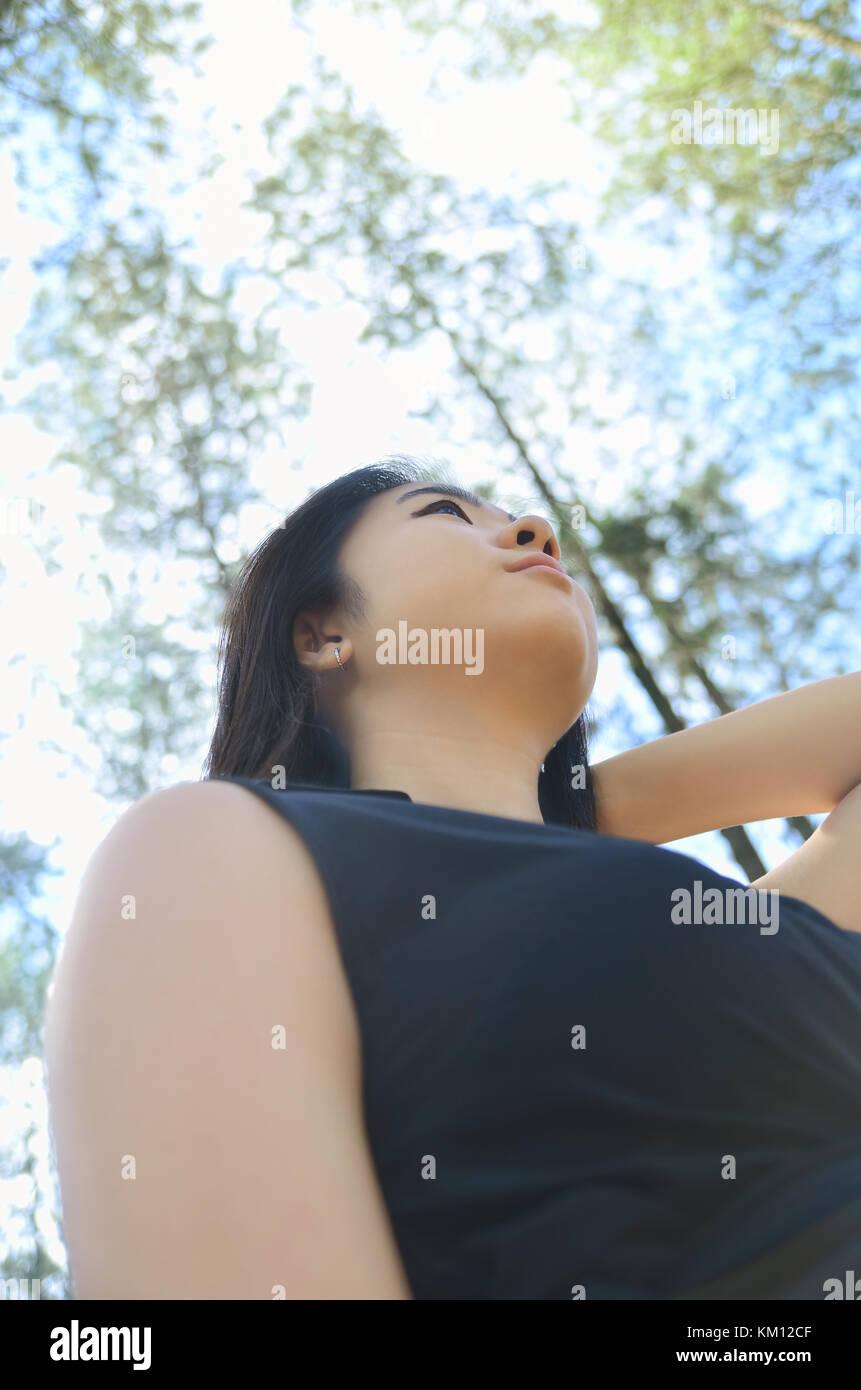Foto des oberen asiatischen Mädchen Körper im Wald Stockbild