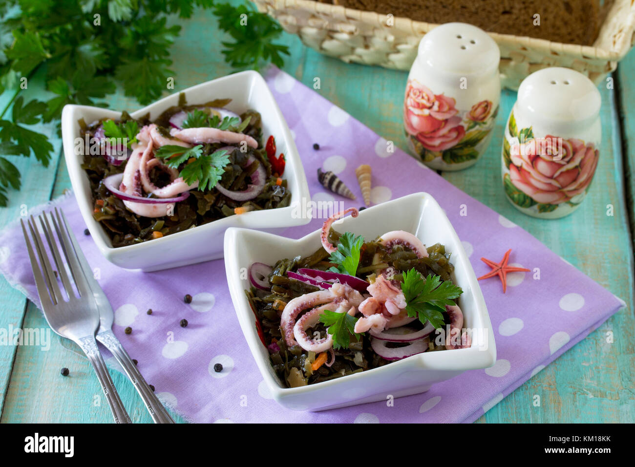 Hausgemachte Snacks auf dem festlichen Tisch. Salat mit Octopus und Meer Kohl. Stockbild
